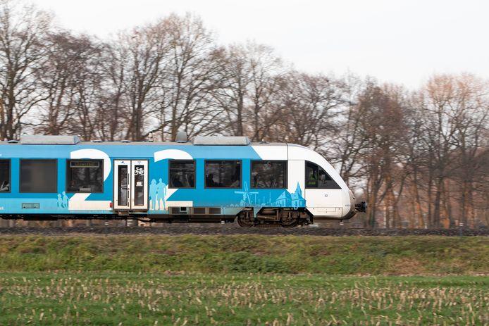 Het vervuilende dieseltje tussen Zutphen en Oldenzaal maakt uiterlijk 2026 voor een elektrische trein die zowel sneller optrekt als stiller door het fraaie landschap van Gelderland zoeft. Zoals hier bij Eefde.