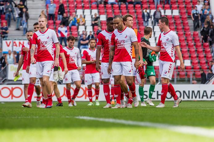 De spelers van FC Utrecht druipen af na de 1-2 nederlaag tegen FC Emmen.