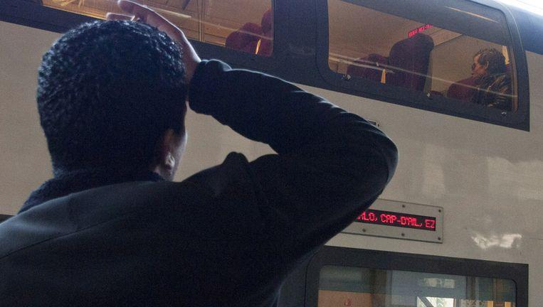 Een Tunesier op een Italiaans station wacht tot hij naar Frankrijk mag reizen. Beeld getty