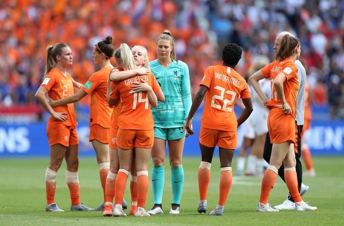 De speelsters van Oranje zoeken troost bij elkaar.