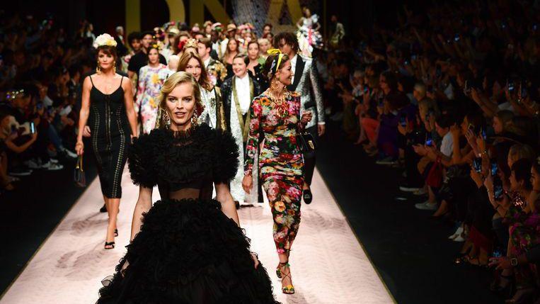 Model Eva Herzigova (voor) en andere modellen presenteren creaties tijdens de Dolce & Gabbana modeshow. Beeld afp