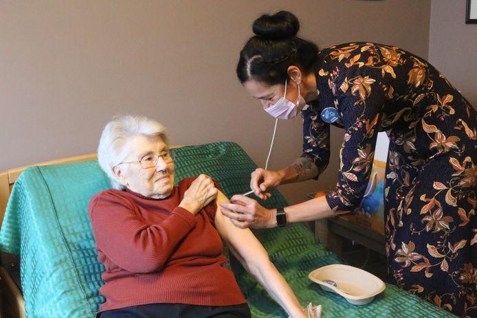 Simonne Frederickx kreeg als eerste bewoonster van WZC Sorgvliet het vaccin.