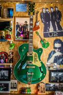 De gesigneerde gitaar van Bono.