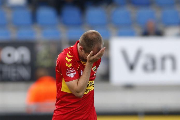 """Istvan Bakx liet zijn tranen de vrije loop nadat hij promotie met Go Ahead Eagles in blessuretijd uit handen zag glippen tegen RKC. ,,Het is een achtbaan waar je in zit met een ongelofelijke vervelend einde."""""""