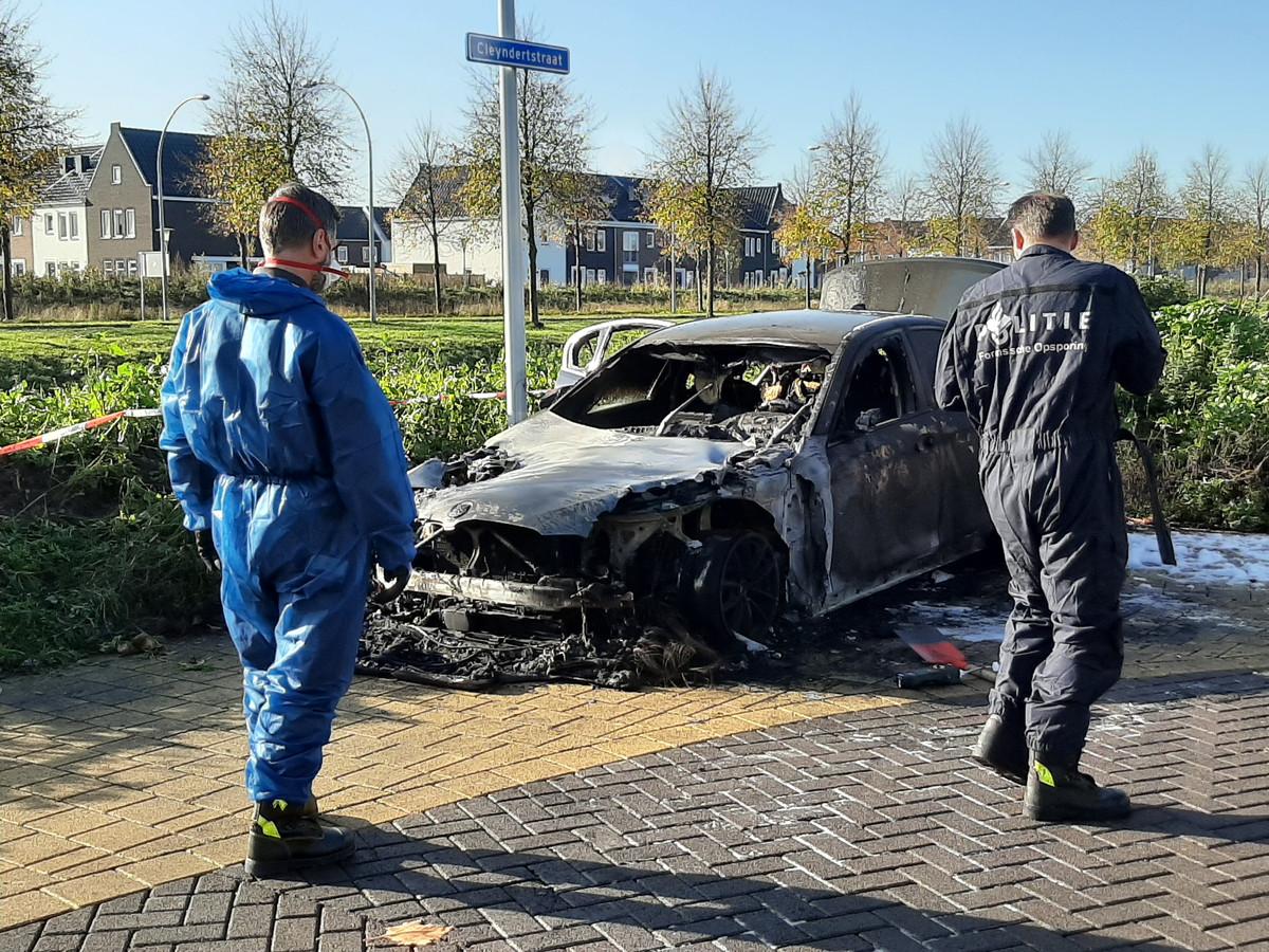Forensisch onderzoek bij de BMW die vrijdagochtend rond 02.30 uitbrandde in Stadshagen