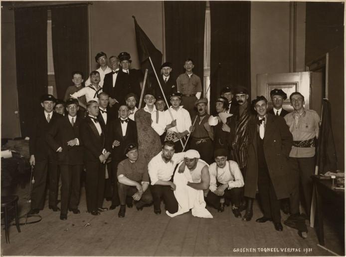 Het begint braaf in 1931, met de cast van een toneelvereniging van Veritas.