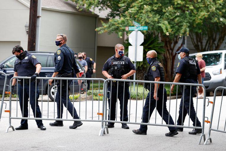 Agenten zetten de omgeving rond het consulaat in Houston af. Beeld EPA