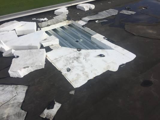 De inbrekers zaagden eerst een gat in de buitenste laag metaal, daarna in het 20 centimeter dikke isolatiemateriaal en vervolgens in de binnenste laag metaal.