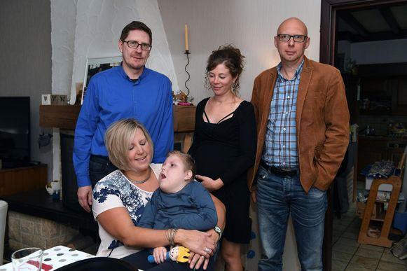 Hanne Van Laer en Dirk Wille van Casa Magnolia brengen de ouders van de zwaar zieke Mats een bezoek.