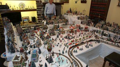 Gilbert bouwt Vlezenbeeks kerstdorp in woonkamer
