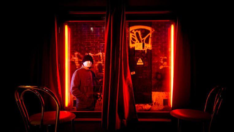 De rosse buurt is een attractie, waar vele mensen zich vergapen aan vrouwen achter de ramen. Beeld Koen van Weel/ANP
