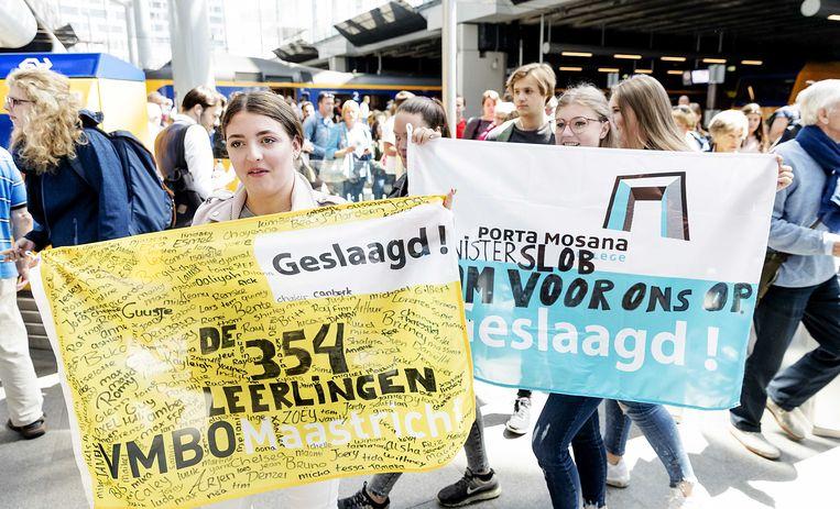 Leerlingen van het VMBO Maastricht op het station van Den Haag onderweg naar onderwijsminister Arie Slob. Beeld ANP