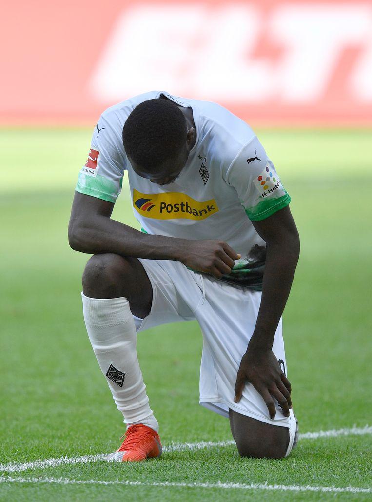 Marcus Thuram van Borussia Mönchengladbach knielt, als eerbetoon aan Colin Kaepernick en als protest tegen racisme en politiegeweld.  Beeld AP