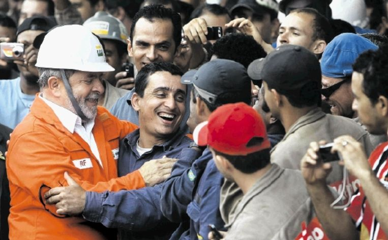 De Braziliaanse president Lula viert de doop van P-57 op een werf ten zuiden van Rio de Janeiro. De P-57 is een olieplatform waarmee Petrobras enorme oliereserves uit de Atlantische Oceaan wil opdiepen. (FOTO EPA) Beeld EPA