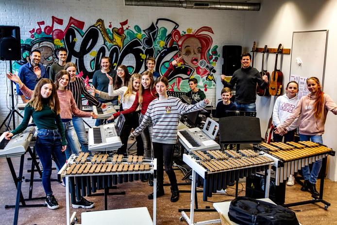 Leerlingen en leraren op de scholengemeenschap De Waerdenborch hebben weer zin in muziek maken.