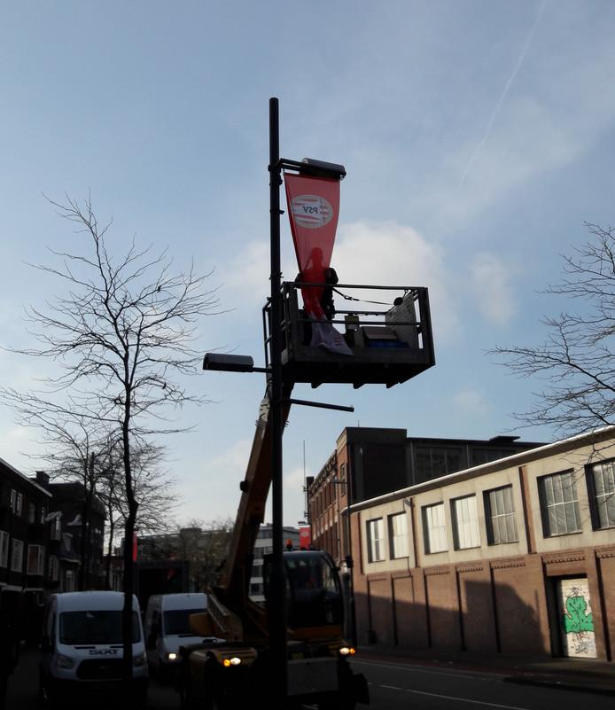 In de binnenstad worden PSV-banieren opgehangen, zoals hier op de Vestdijk.