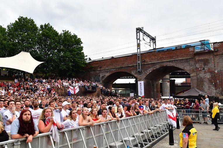 Engelse fans kijken in Manchester naar Kroatië-Engeland, een van de halvefinaleduels tijdens het WK. Beeld Getty Images
