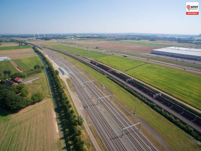 De Railterminal Gelderland moet gebouwd worden langs de Betuweroute, linksonder op de foto. Parallel aan de spoorlijn loopt de A15, met rechts ernaast het logistieke centrum van Heinz in aanbouw.