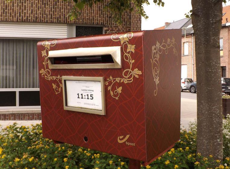 De brievenbus in de Nachtegaalstraat kreeg een Tomorrowlandjasje.