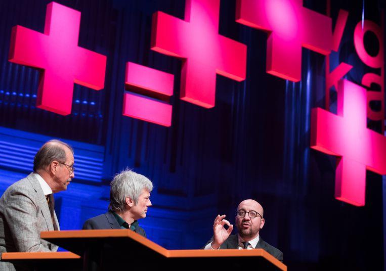 Voka-voorzitter Paul Kumpen, moderator Jan Leyers en premier Charles Michel.