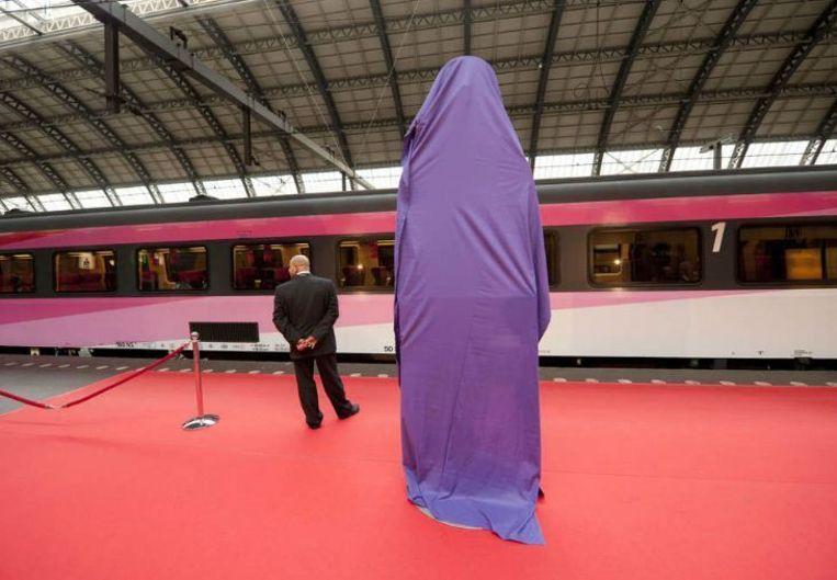 Bij gebrek aan echt nieuwe Fyra's wordt 6 september 2009 de snelle verbinding Amsterdam-Rotterdam feestelijk in gebruik genomen met opgelapte oude treinstellen. Een grote stopwatch, symbool voor tijdwinst, wacht op onthulling. Beeld Goos van der Veen, HH