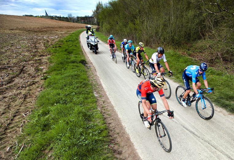 Renners onderweg in de Amstel Gold Race. Beeld Klaas Jan van der Weij / de Volkskrant