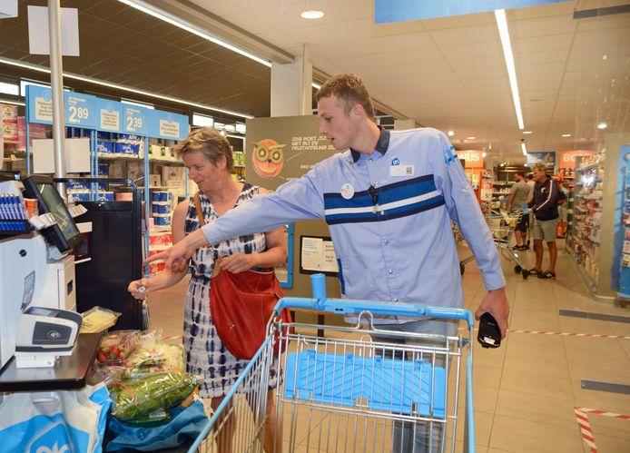Matté Bergsma werkt  bij de servicebalie in de Albert Heijn in Burgh-Haamstede.