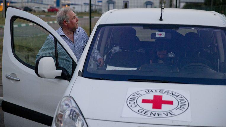 Pascal Cuttat van het Rode Kruis, die elke vrachtwagen van het Russische konvooi zal begeleiden naar Oekraïne, stapt ook in zijn auto. Beeld ap