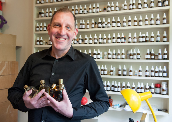 Hiram Green - hier in zijn atelier/laboratorium - produceert exclusieve eau de parfums. Zijn parfumlijn telt nu zes exclusieve geuren.