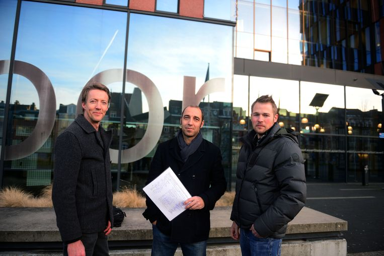 Dieter Froyen, Ralph Opdebeeck en Tim Vandeven van het Actiecomité met hun petitie.