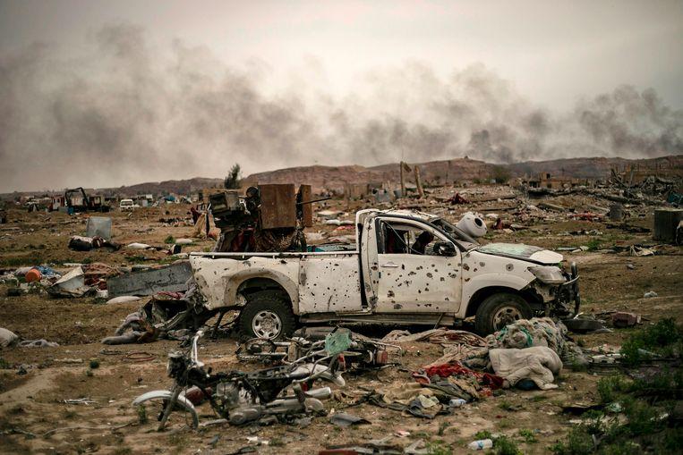 Doorzeefde pick-ups, wrakken van motorfietsen: Al-Baghouz is herleid tot een stort.