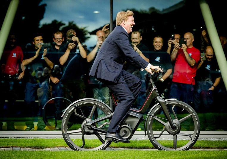 Koning Willem-Alexander fietst tijdens de opening van de nieuwe fabriek van Gazelle in 2015, een rondje op de Gazelle E-bike van de toekomst. Beeld anp