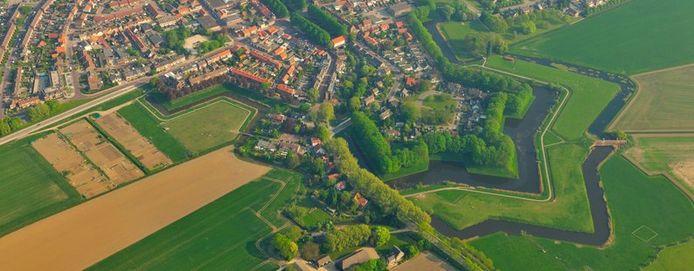 De Zuiderwaterlinie is een 160 kilometer lang samenhangend stelsel van verdedigingswerken dat van Bergen op Zoom langs elf Brabantse vestingsteden naar Grave loopt.