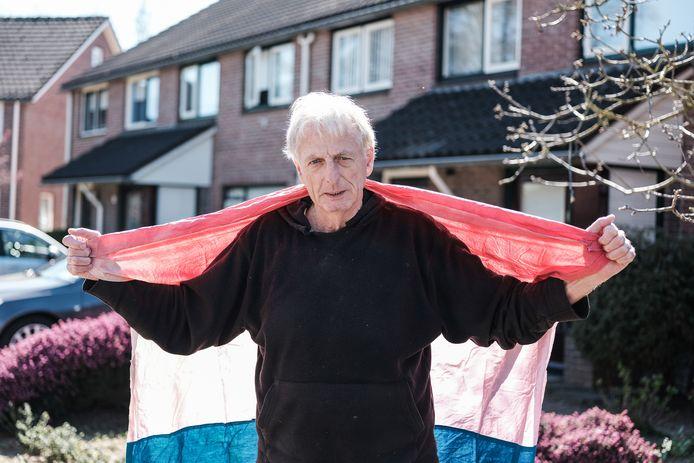 Karel Berkhuysen roept Doetinchemmers op donderdag 2 april de vaderlandse driekleur uit te hangen. Dan is het 75 jaar geleden dat Doetinchem is bevrijd. Foto : Jan Ruland van den Brink