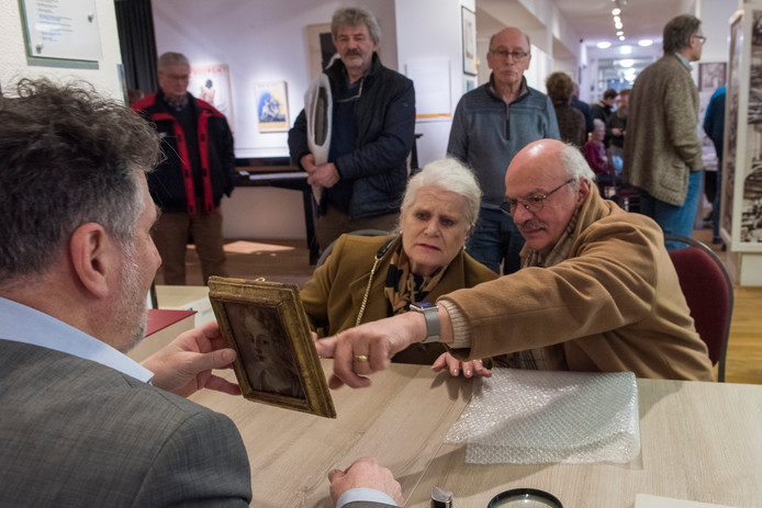 Taxateur Paul Dumay onderwerpt een portretje van olieverf dat toebehoort aan het echtpaar De Vries uit Zeelst aan een nadere inspectie.