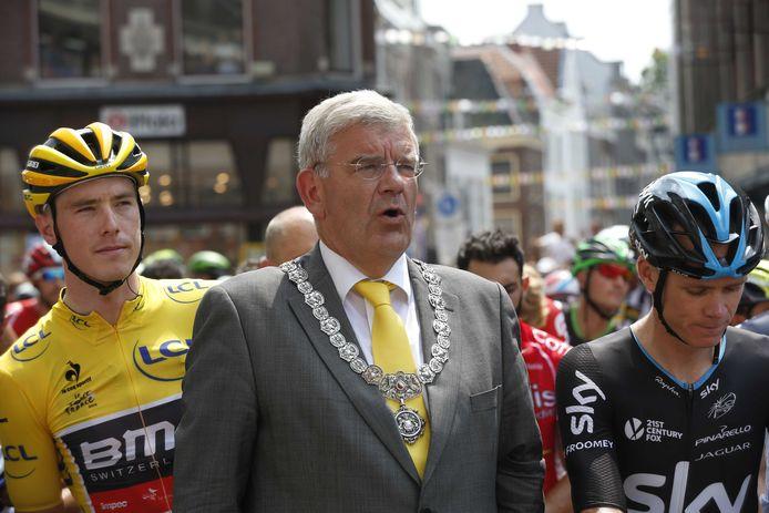 Een prachtige dag voor Van Zanen: voor het stadhuis op de Oudegracht staan de renners van de Tour stil voor het Wilhelmus. Van Zanen, uiteraard met gele stropdas, staat voor leider Rohan Dennis (links) en Chris Froome.