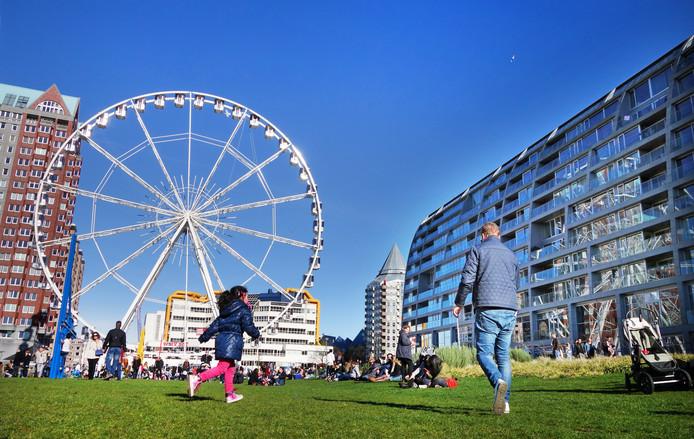 Het tijdelijke reuzenrad The View dat eerder naast de Markthal stond. Hier moet ook het Dinner Wheel komen.