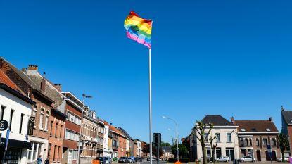 Ook in coronatijden hangt Niel regenboogvlaggen uit