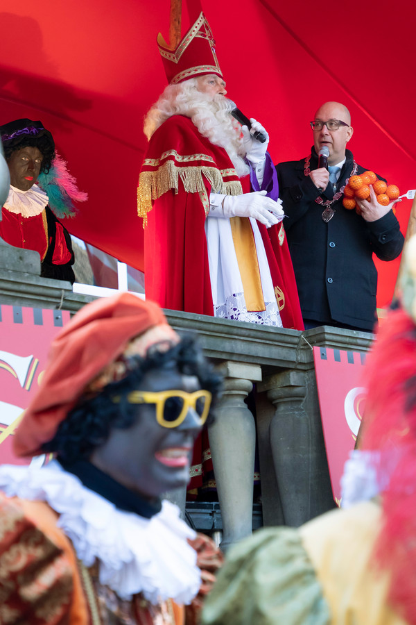 Burgemeester Jack Mikkers ontvangt Sinterklaas en, dit jaar, roetveegpieten.