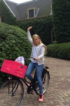 Prinses Alexia stapt 'gewoontjes' gekleed op de fiets naar school