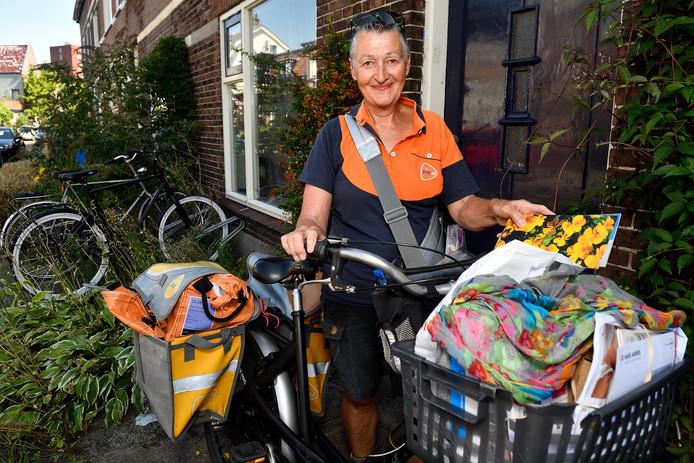 Postbode Angeline neemt afscheid van 'haar' Soesterkwartier.