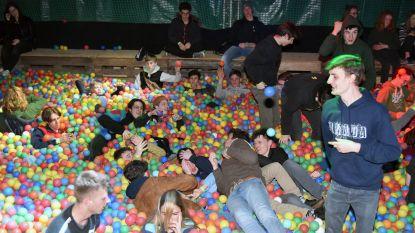 VIDEO. Jeugdhuis in Vossem organiseert grootste ballenbadfuif van Vlaanderen: tieners feesten tussen 120.000 ballen
