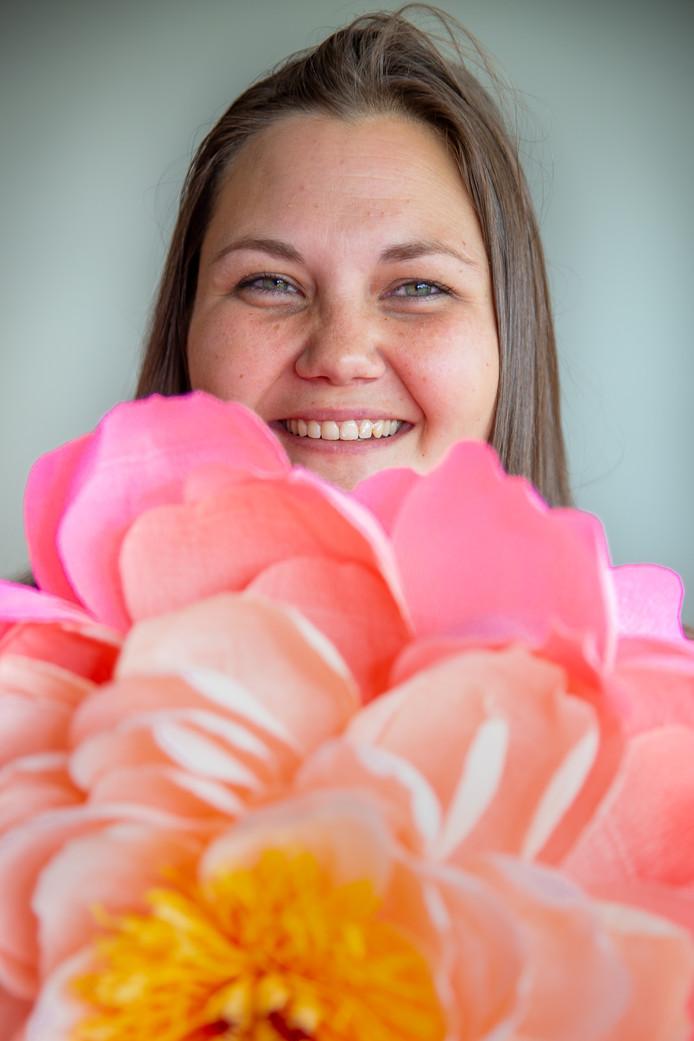 Anouk Böhmer met haar bloemen in D'n Bogerd in Druten.