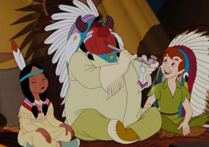 Peter Pan schetst de indianenstammen als primitief, met een rode huid.