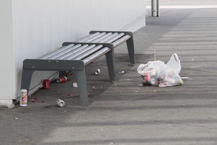 Aan dit bankje aan het station van Ieper viel het slachtoffer op de grond.
