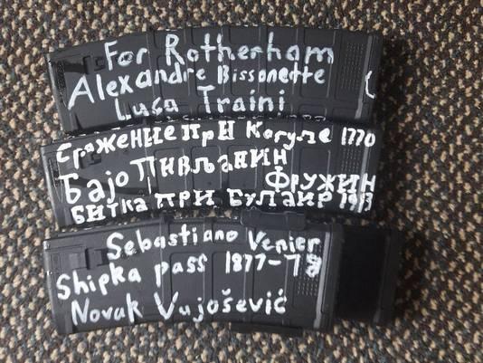 De vermoedelijke dader van de aanslagen schreef namen van onder meer andere rechts-extremisten op zijn munitie.