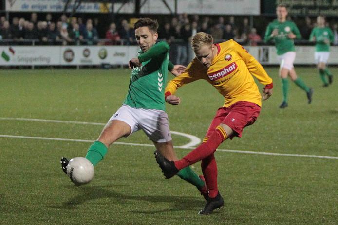 Wesley Hansler van Rohda (geel) in duel met Jeroen Bos van Heino.