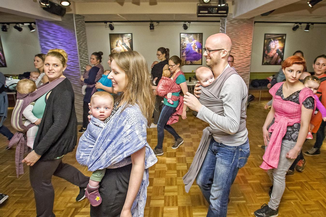 Dansen met je baby in een draagdoek blijkt veel ouders te trekken.