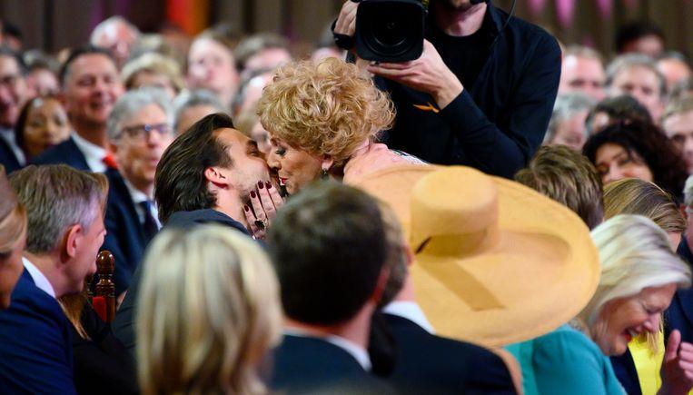 Zangeres Karin Bloemen zoent Thierry Baudet op de mond, vrijdagmiddag 17 mei aanwezig bij de viering van honderd jaar Algemeen Kiesrecht in de Ridderzaal in Den Haag. Beeld Hollandse Hoogte / Frank van Beek