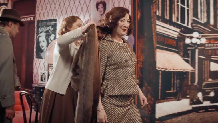 Scène uit In de ban van Broadway met Loes Luca (l) en Tjitske Reidinga. Beeld